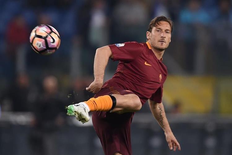 Francesco Totti se despide este domingo del club de sus amores, La Roma. (Foto Prensa Libre: AFP)