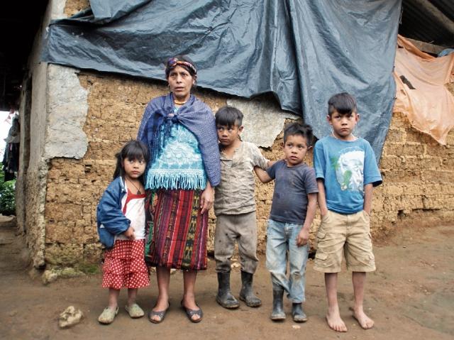 Familias de la comunidad Com, en Jacaltenango, Huehuetenango, viven en casas de adobe y nailon.