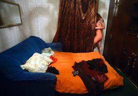 Nastya, de 31 años, sale de una habitación clandestina en un burdel en San Petersburgo. (Foto Prensa Libre: AFP)