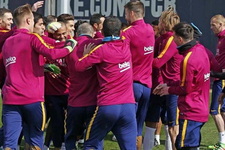 Los jugadores del FC Barcelona durante el entrenamiento de este lunes en la preparación de cara al partido del miércoles contra el Arsenal. (Foto Prensa Libre: FC Barcelona)
