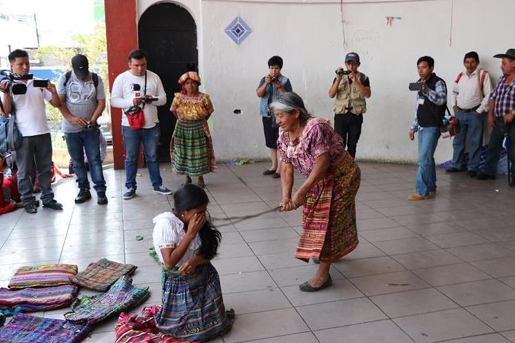 La madre de la acusada la azotó en seis ocasiones, como parte del castigo comunitario. (Foto Prensa Libre: Héctor Cordero)