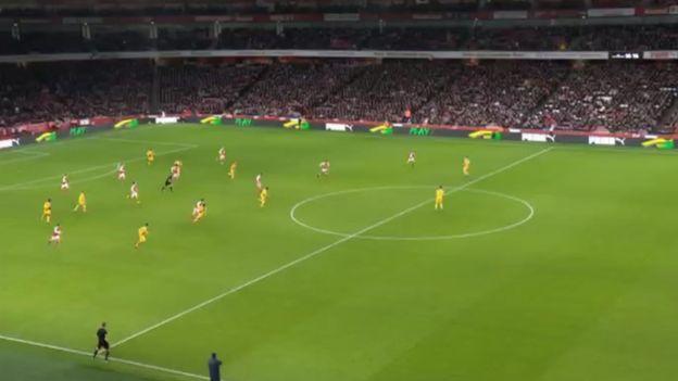En la jugada participaron hasta seis jugadores de Arsenal, incluyendo a Giroud tocó dos veces el balón en la acción, ambos con el taco.