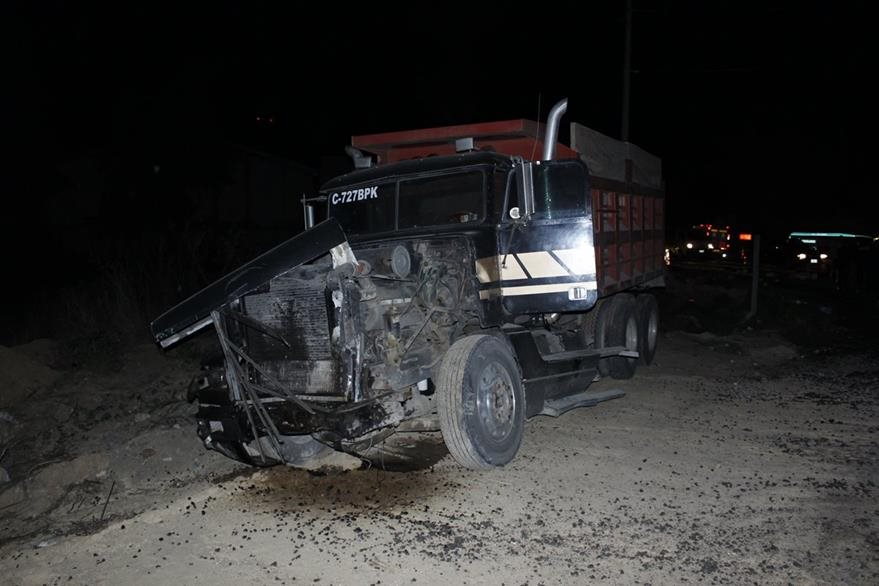 Camión obstruye el paso en el km 50 de la ruta Interamericana, luego de haber chocado con dos picops. (Foto Prensa Libre: Víctor Chamalé)