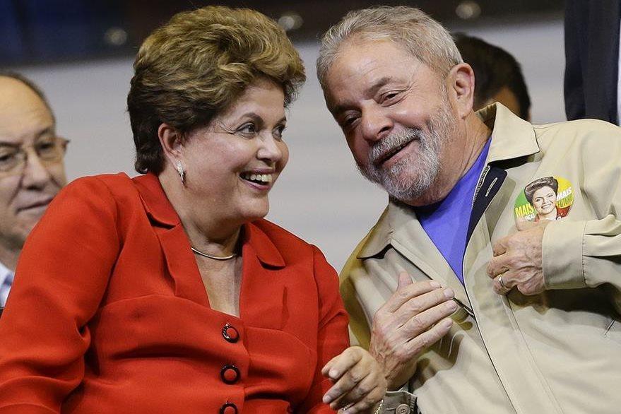 La presidenta de Brasil, Dilma Rousseff (i) y el exmandatario Lula da Silva, sonríen en una fotografía del 2014. (Foto Prensa Libre: AP).