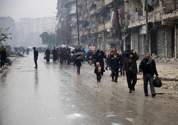 Miles de sirios hambrientos y afectados por el frío abandonan Aleppo. (AFP)