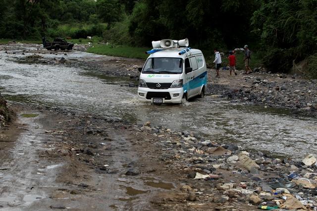 Un microbús pasa por el río Platanitos proveniente de la Justo Rufino Barrios, zona 21, y se dirige a Boca del Monte. (Foto Prensa Libre: Carlos Hernández)