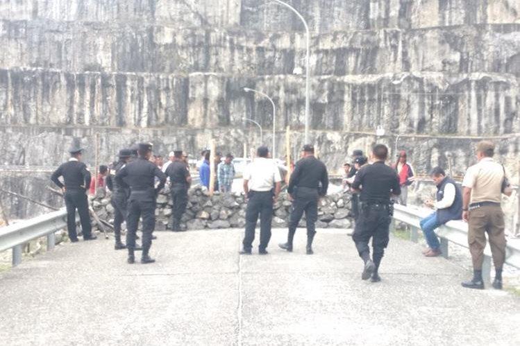 Agentes de la PNC derribaron muro que fue construido por vecinos de La Campana, Alta Verapaz, quienes exigen al Inde les cumpla con el pago del resarcimiento de Q34 millones. (Foto Prensa Libre: Eduardo Sam)