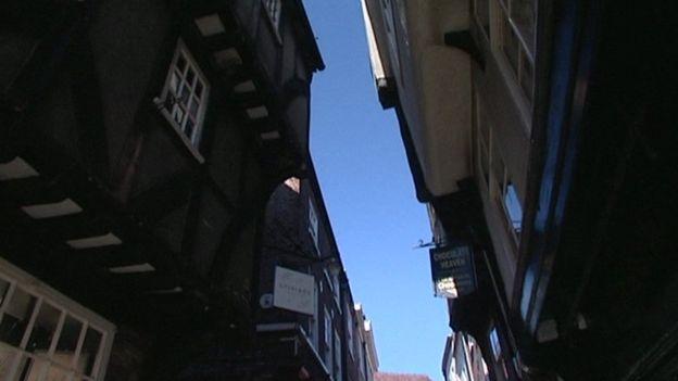 Los edificios en Pudding Lane se inclinaban hacia el centro de la calle, como en este lugar de York.