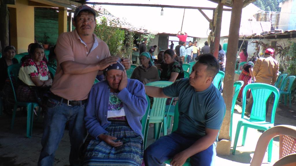 Vecinos consuelan a  Isabel Ovalle, quien perdió a una hija y una nieta en la tragedia. (Foto Prensa Libre: Ángel Julajuj).