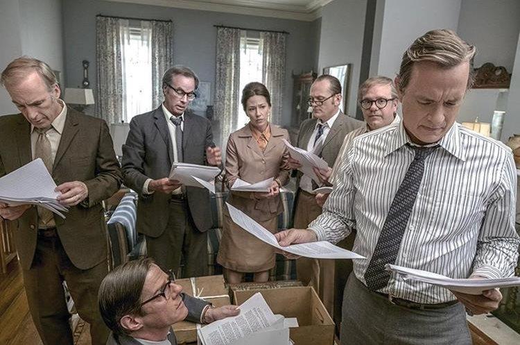 Escena donde periodistas del Washington Post revisan los papeles clasificados del pentágono (Foto Prensa Libre: 20th Century Fox/DreamWorks).