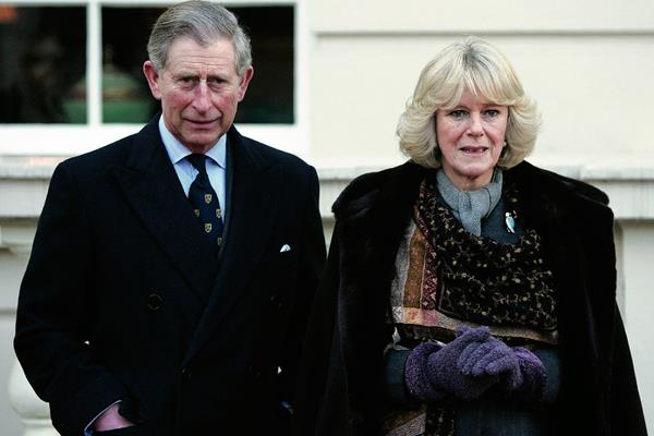 El príncipe Carlos de Gales y su esposa Camilla Parker Bowles, Duquesa de Cornualles  en el jardín de Clarence House, en Londres. (Foto Prensa Libre:AFP)