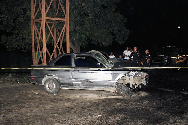 Un automóvil  chocó con la base de una pasarela en el km 69 de la ruta al Pacífico,  en Escuintla, lo que provocó la muerte del conductor. (Foto Prensa Libre: Carlos Enrique Paredes)