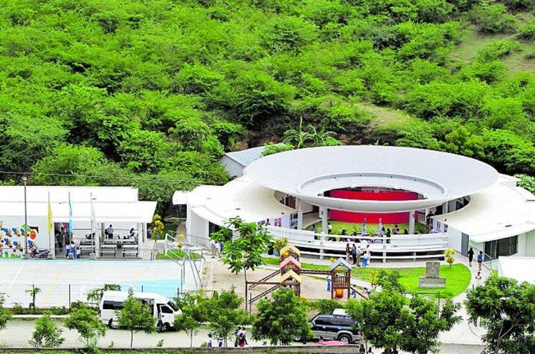 El diseño del plantel integra las aulas y mantiene un ambiente fresco en el calor de esta región. (Foto Prensa Libre: Hemeroteca PL)