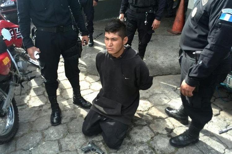La Policía Nacional Civil capturó a los sospechosos de cometer el ataque armado. (Foto Prensa Libre: E. Paredes)