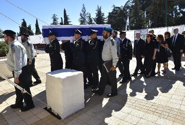 Efectivos  de la Guardia de Honor portan el féretro de Shimon Peres, durante su funeral.(EFE).