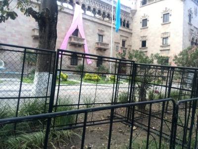 Barricadas fueron colocadas frente al Ministerio de Gobernación. (Foto Prensa Libre: Jerson Ramos)