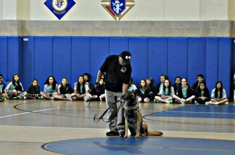 René García da una demostración con perro entrenado a un grupo de damas que se preparan en seguridad. (Foto Prensa Libre: cortesía de René García Yac)