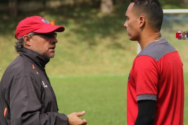 Blas Pérez conversa con Gustavo Machaín en el entrenamiento de Municipal de este miércoles. (Foto Cortesía de Municipal).