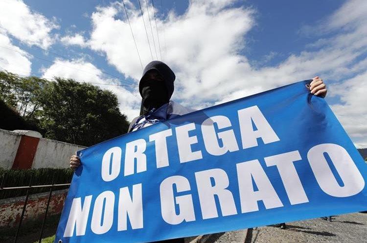 Activistas nicaragüenses participan en una manifestación contra la presencia del presidente de Nicaragua, Daniel Ortega, en la XXVI Cumbre Iberoamericana, en Antigua Guatemala. (Foto Prensa Libre: EFE)