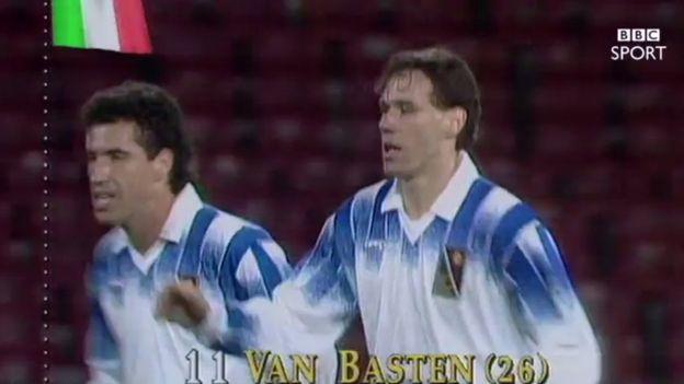 Van Basten, del Milan, celebra un gol junto al brasileño Careca, del Napoli. (BBC Sport)