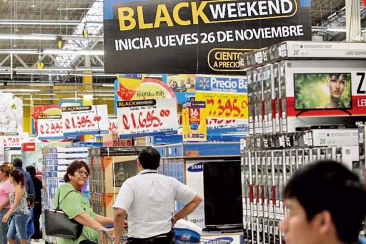 El primer día del fin de semana de ofertas atrajo a numerosos clientes.(Foto Prensa Libre: Edwin Bercián)