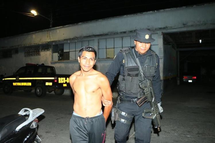Héctor Osorio Oxlaj, de 25 años, es trasladado a un juzgado local por agentes de la PNC en la cabecera de Retalhuleu. (Foto Prensa Libre: PNC)
