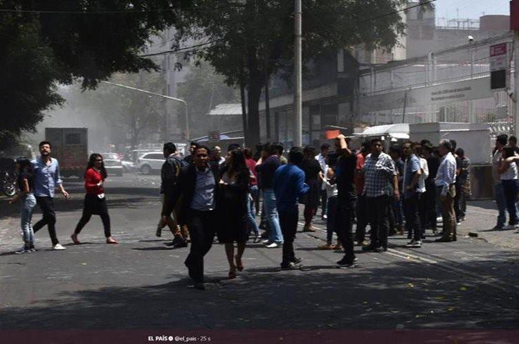 Personas salieron de los edificios en México por fuerte temblor. (Foto Prensa Libre: wwww.elpais.com)