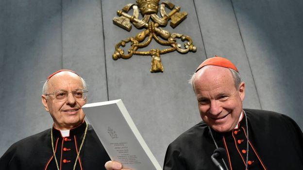La exhortación apostólica - en la foto, una copia en manos del cardenal Christoph Schonborn- fue bienvenida por muchos, mientras que resultó insuficiente para otros. El Papa eligió no modificar la posición ante temas ríspidos para la Iglesia, como el matrimonio homosexual. AFP / GETTY IMAGES
