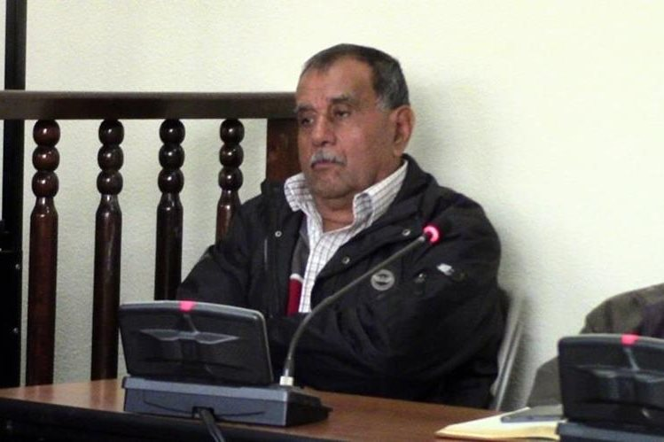 El exalcalde de Malacatancito, Irene Hidalgo, escucha la decisión del juez. (Foto Prensa Libre: Mike Castillo).