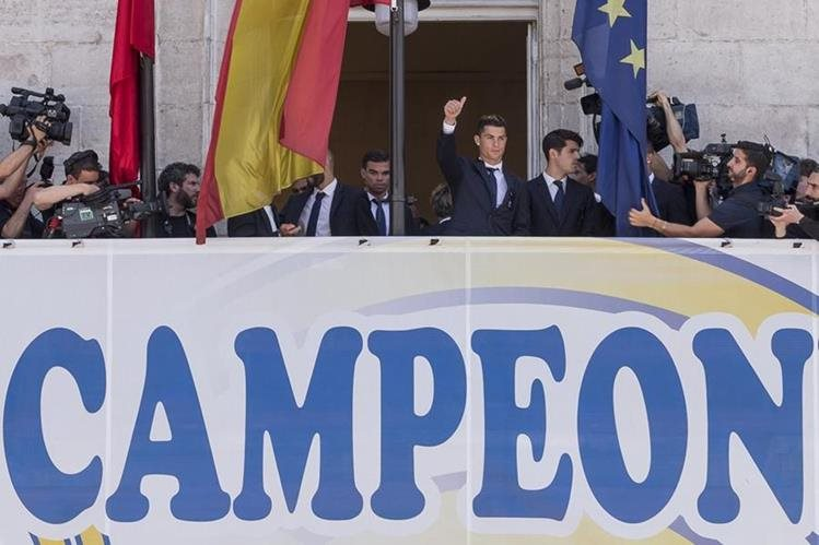 El portugués Cristiano Ronaldo saluda desde el balcón del Gobierno de Madrid. (Foto Prensa Libre: AFP)