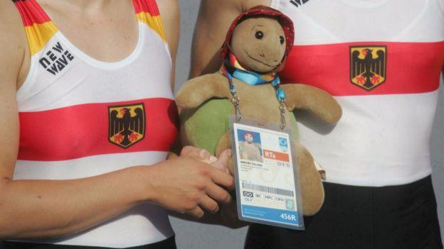 Las remeras olímpicas alemanas compitieron siempre llevando sus osos de peluche de la suerte en las Olimpiadas de Atenas. (Getty)