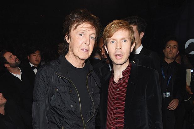 Paul McCartney junto al músico Beck, quien también lo acompañaba (Foto Prensa Libre: thewrap.com).
