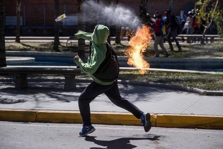 Las protestas contra el gobierno de Maduro no dan tregua en Venezuela. (Foto Prensa Libre: EFE)