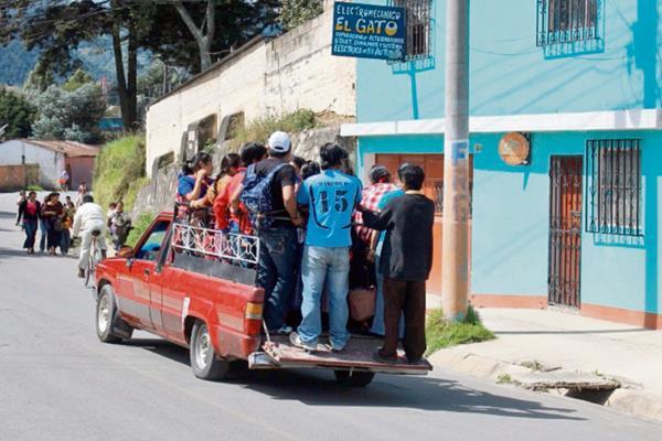 Pobladores de  Huitán y Cabricán se trasladan en picops, debido a paro del transporte.