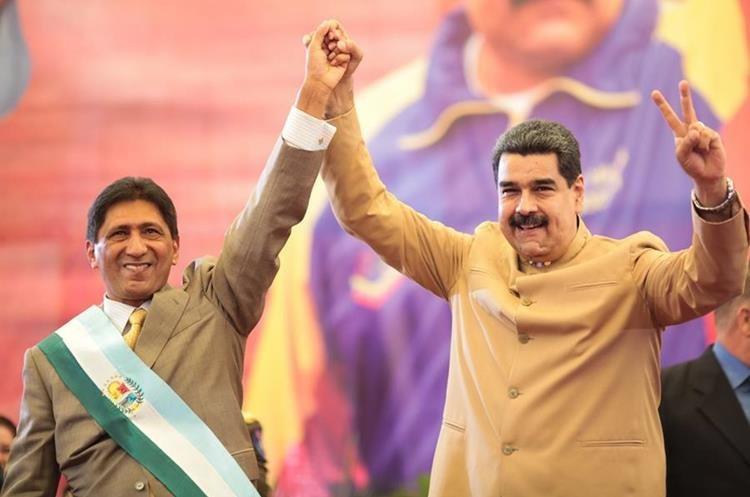 Nicolás Maduro (d), participa en la juramentación del gobernador electo del estado Barinas, Argenis Chávez (i). (EFE).