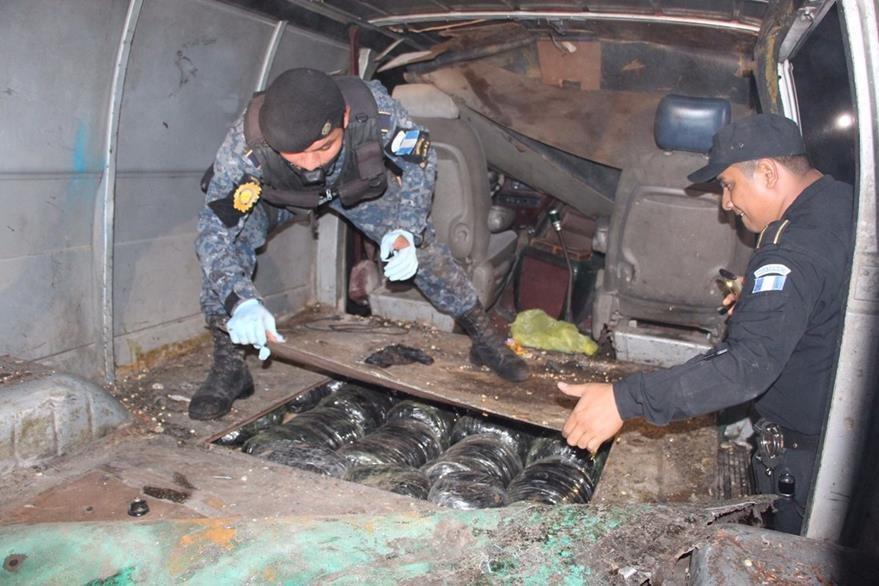 Droga incautada fue localizada escondida en un vehículo, en Dolores, Petén. (Foto Prensa Libre: PNC)