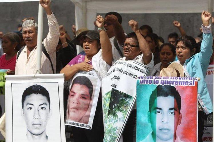 <em>Padres de familia de los estudiantes desaparecidos exigen justicia a Peña Nieto. (Foto Hemeroteca PL).</em>