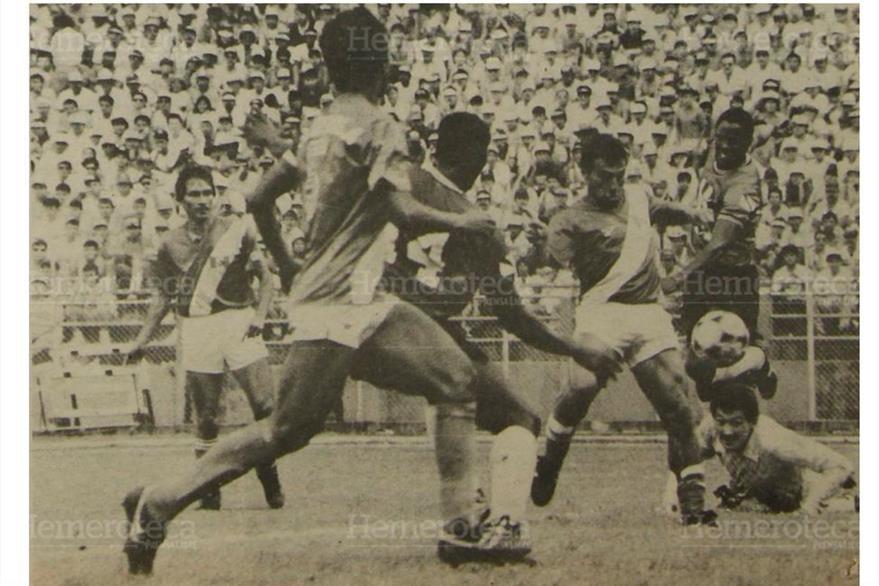 Jerez gesticula al verse vencido, por el jugador de Trinidad, Guatemala aún no claudicaba, pero los visitantes presionaban, 21/08/1989. (Foto: Hemeroteca PL)