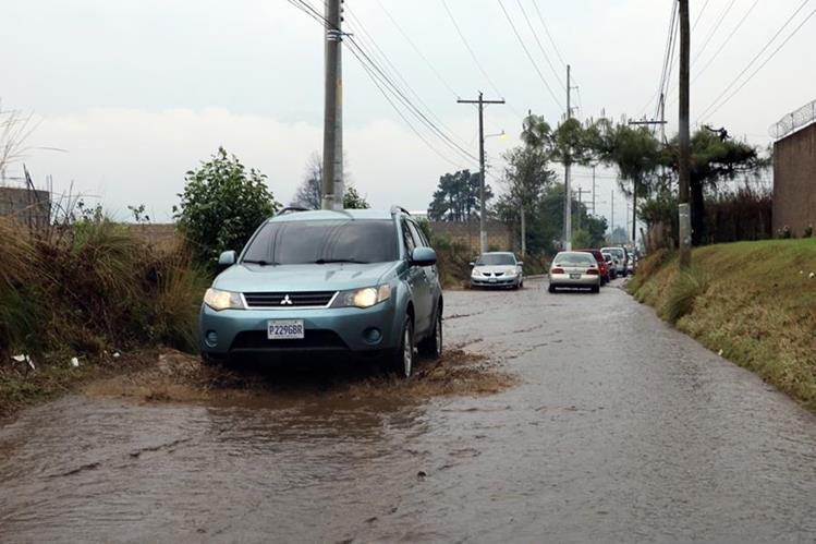 Automovilistas transitan con dificultad en Xela debido a inundaciones. (Foto Prensa Libre: Carlos Ventura)