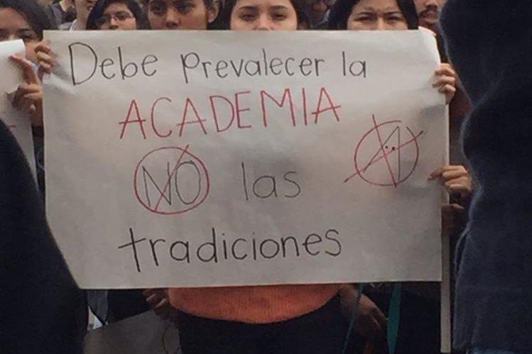 Estudiantes del Cum manifestaron su rechazo a los encapuchados.(Foto Prensa Libre: cortesía)