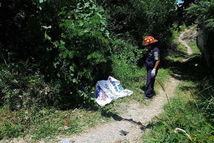 Adolfo Estuardo Vives, de 23 años, murió en el lugar donde se resgistró el ataque armado.(Foto Prensa Libre: Hugo Oliva)