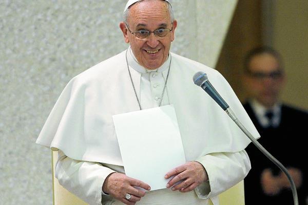 El papa  Francisco habla durante la audiencia de la Penitenciaría Apostólica en el Aula Pablo IV del Vaticano. (Foto Prensa Libre: EFE)