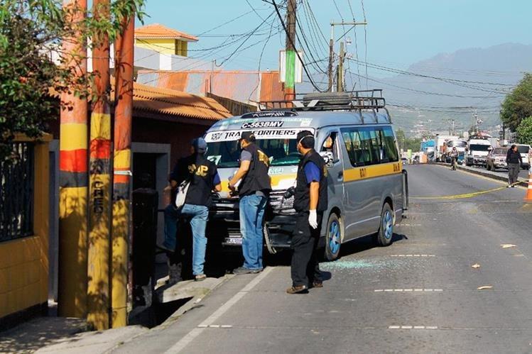 Fiscales del Ministerio Público trabajan en la escena donde fue atacado el piloto del microbús, en el kilómetro 207 en jurisdicción de La Esperanza, Quetzaltenango. (Foto Prensa Libre: Carlos Ventura)