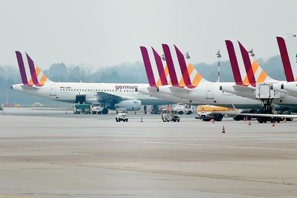 Aviones tipo Airbus de la compañía Germanwings, de los cuales una de sus aeronaves se accidentó el martes. (Foto Prensa Libre: AFP).