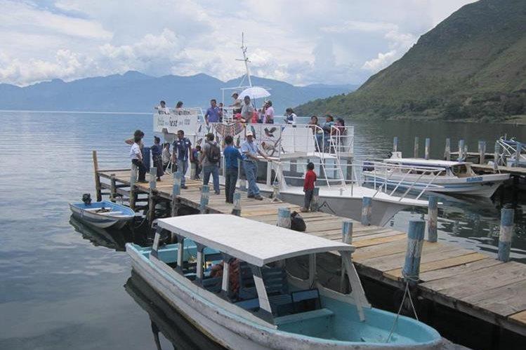 Las lanchas no solo son un medio de transporte para los pobladores sino también para turistas. (Foto Prensa Libre: Ángel Julajuj)