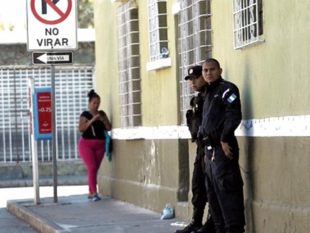 Amílcar Montejo reportó en su cuenta virtual  un ataque en la 11 avenida A y   3a. calle,  zona 1, que dejó dos mujeres fallecidas. (Foto Prensa Libre: Cortesía PNC)