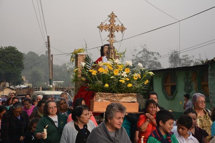 Feligreses cargan en hombros procesión con la imagen de la Santa Cruz, en la cabecera de Sololá. (Foto Prensa Libre: Édgar René Sáenz)