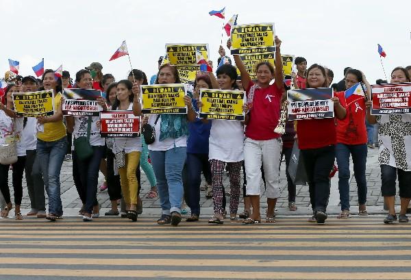 Manifestantes filipinos expresan su satisfacción por el fallo de La Haya.(AP).
