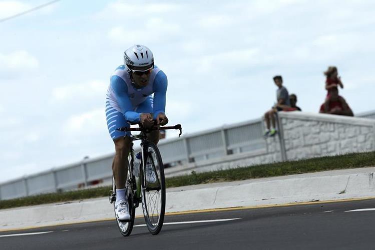 El guatemalteco Manuel Rodas durante la prueba de ciclismo contrarreloj individual. (Foto Prensa Libre: EFE)