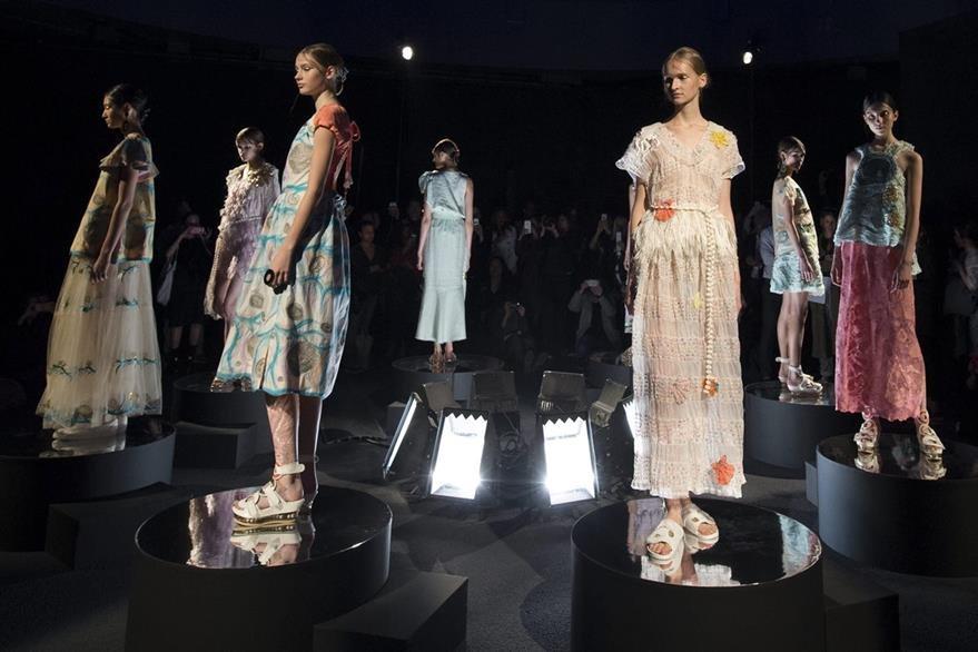 """La colección Primavera/Verano 2016 """"Ready to Wear"""" de la diseñadora japonesa Tsumori Chisato es una mezcla de colores neutros lisos con accesorios llamativos. (Foto Prensa Libre: EFE)."""